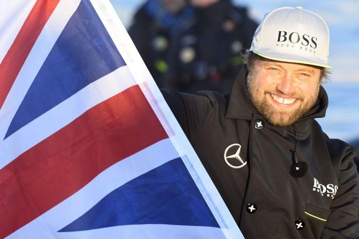 Le skippeur britannique Alex Thomson brandit un drapeau de son pays lors de son arrivée aux Sables-d'Olonne, le 20 janvier 2017. (DAMIEN MEYER / AFP)
