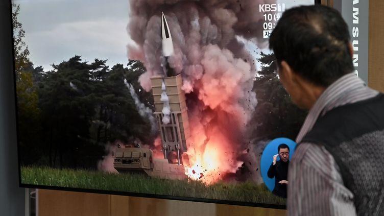 Un homme regardele lancement d'un missile nord-coréen à la télévision, dans une gare de Séoul (Corée du Sud), le 10 septembre 2019. (JUNG YEON-JE / AFP)