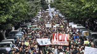 Des manifestants défilent à Alger le 3 décembre 2019, ils s'opposent à la présidentielle prévue le 12 décembre. (RYAD KRAMDI / AFP)