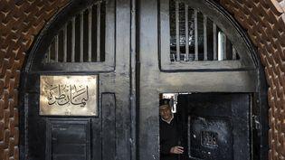 La porte d'entrée de la prison de Tora dans la banlieue du Caire. Une photo prise lors d'une viside guidée organisée par le service d'information de l'Etat égyptien, le 11 février 2020. (KHALED DESOUKI / AFP)
