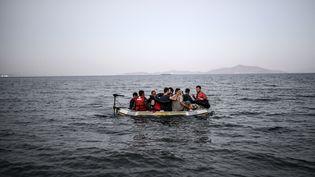 Un bateau de migrants au large de l'île de Kos (Grèce), le 18 août 2015. (BULENT KILIC / AFP)