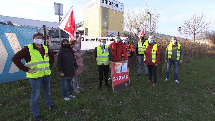 Des salariés d'Amazon en grève le lundi 29 mars 2021 à Leipzig en Allemagne devant un bâtiment du groupe américain. (TOBIAS JUNGHANNSS / DPA-ZENTRALBILD / AFP)