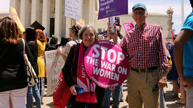Des manifestants contre les lois qui restreignent l'IVG, le 21 mai. (ANNA GASSOT / AFP)