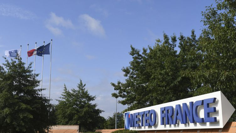 Le logo du service météorologique national français Meteo France est affiché à l'entrée du centre à Toulouse, le 11 août 2017. (PASCAL PAVANI / AFP)
