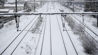 La neige recouvre les voies de la gare de Tours (Indre-et-Loire), le 7 février 2018. (GUILLAUME SOUVANT / AFP)