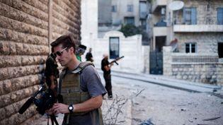 Le journaliste américain James Foley filme à Alep (Syrie), en 2012. (EYEPRESS NEW / AFP)
