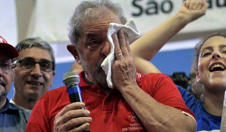 Luiz Inacio Lula da Silva,ancien ouvrier tourneur, président du Brésil de 2003 à 2011, essuie des larmes devant ses partisans le 4 mars 2016 après le début de ses ennuis avec la justice. Il aurait sorti 30 millions de la pauvreté pensant sa présidence. (NELSON ALMEIDA / AFP)