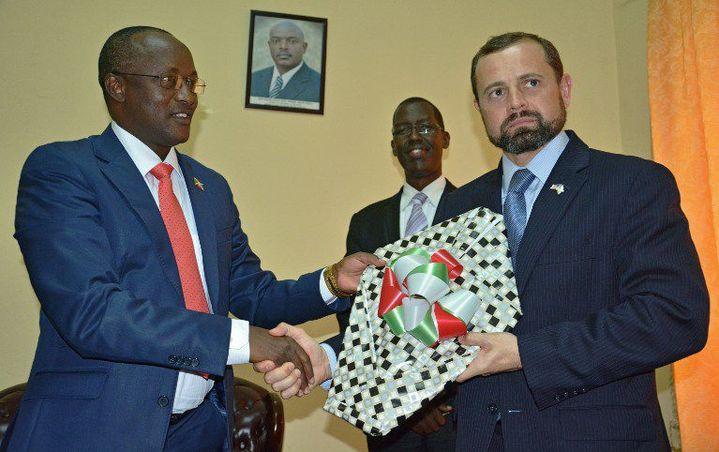 L'envoyé spécial des Etats-Unis dans la région des Grands Lacs, Thomas Periello, à Bujumbura le 27 janvier 2016 avec le premier vice-président du Burundi, Gaston Sindimwo. Ce dernier demande aux étrangers dont les pays d'origine ont rompu la coopération avec son pays, de plier bagages. (Photo AFP)