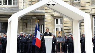 François Hollande, lors de l'hommage rendu au policier tué sur les Champs-Elysées, mardi 25 avril 2017 à Paris. (BERTRAND GUAY / AFP)