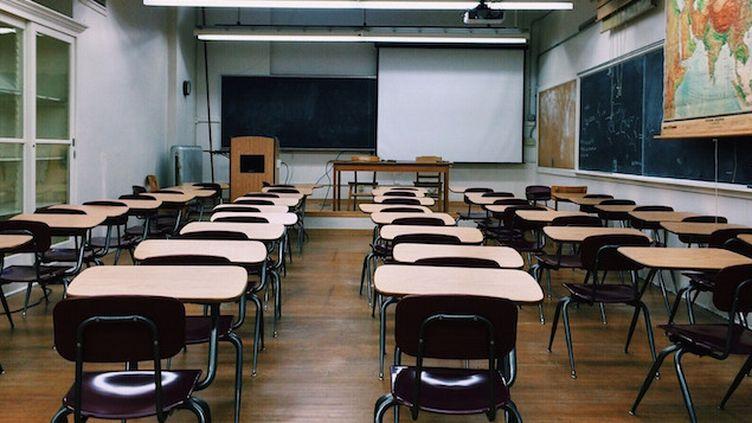 """Amiante à l'école : """"Soit on bloque les cours, soit on met la santé des élèves et la nôtre en danger"""" (Crédits Photo : © Pixabay / Wokandapix)"""