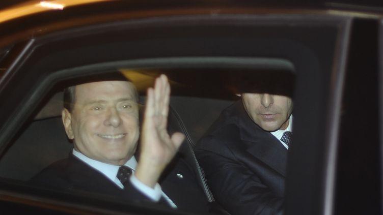 Silvio Berlusconi, président du conseil italien, se rend au palais présidentiel pour y déposer sa démission, le 12 novembre 2011 à Rome. (Filippo Monteforte / AFP)