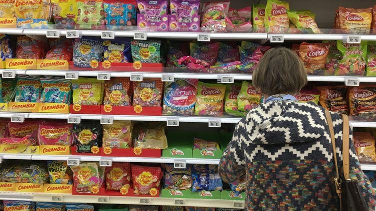 """Une cliente devant le rayon bonbons d'un supermarché français. Sur les dix-huitconfiseries testées par """"60 Millions de consommateurs"""", toutes contenaient desnanoparticules. (Jean-François FREY / PHOTOPQR / L'ALSACE / MAXPPP)"""