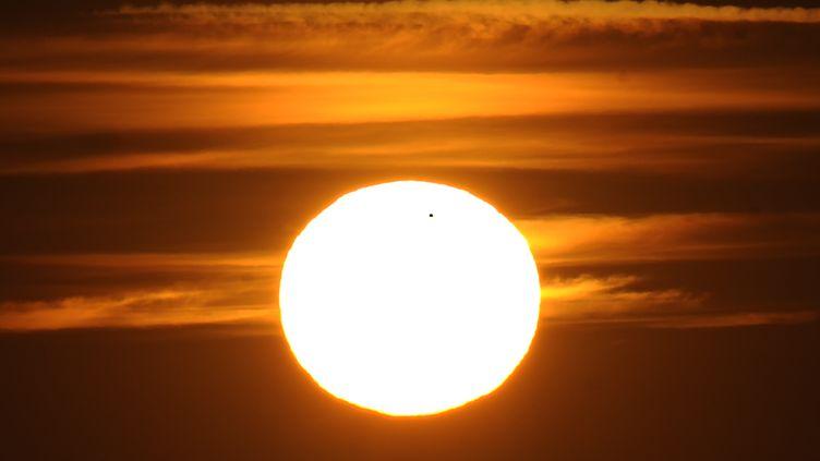 Le Soleil serait issu d'une autre étoile, trente fois plus massive et aujourd'hui disparue. (HRVOJE POLAN / AFP)