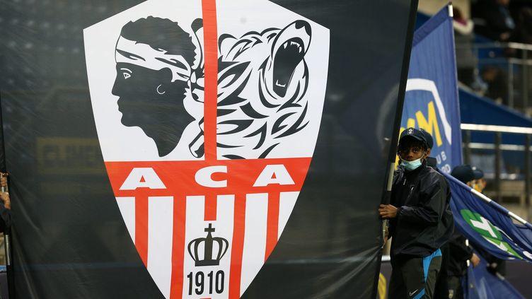 Le drapeau de l'AC Ajaccio, affiché dans le stadedu FC Sochaux-Montbéliard à l'occasion de la 23e journée de Ligue 2, le 2 février 2021. (LIONEL VADAM  / PHOTOPQR/L'EST REPUBLICAIN/MAXPP)