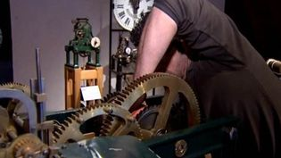 Un artisan règle une vieille horloge au musée du temps de Besançon  (France3culturebox)