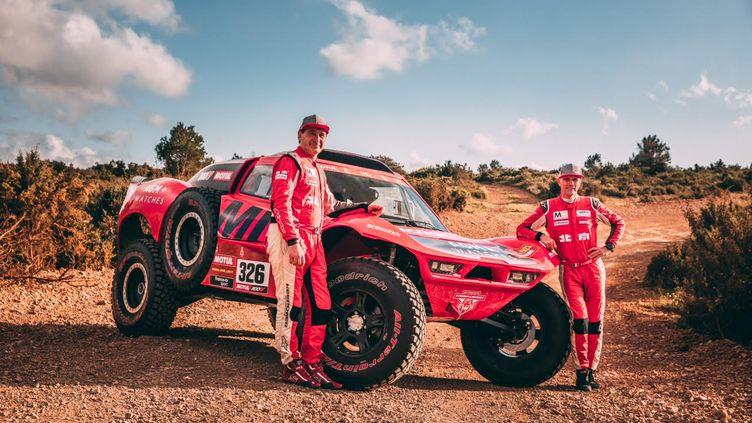 Christian Lavieille (à droite) et son fidèle co-pilote Jean-Pierre Garcin posent avec leur Optimus Evo4.
