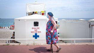 Une femme porte un masque à Nice (Alpes-Maritimes), le 14 juillet 2020. (ARIE BOTBOL / HANS LUCAS / AFP)