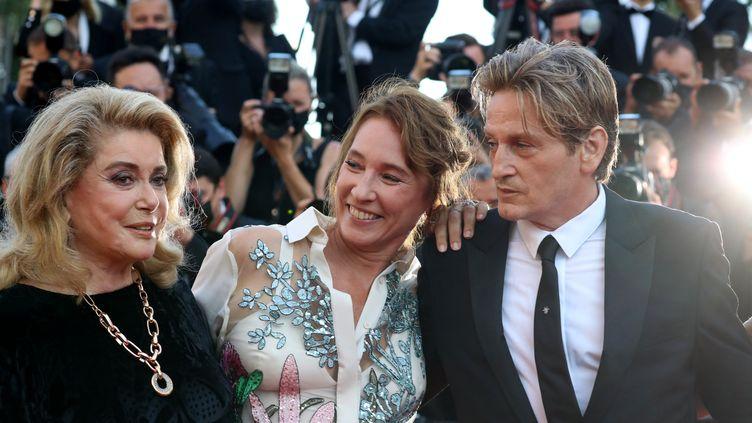 """L'actrice Catherine Deneuve, la réalisatrice Emmanuelle Bercot, et l'acteur Benoit Magimel, le 10 juillet 2021 au Festival de Cannes, pour la projection du film """"De son vivant"""", présenté hors compétition. (VALERY HACHE / AFP)"""
