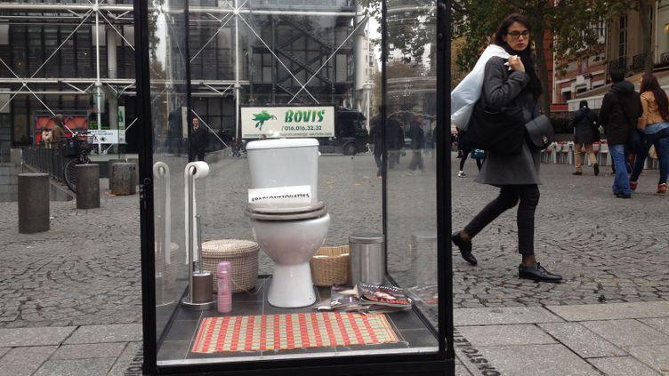 (© RF/ Nathalie Bourrus #parlonstoilettes, happening sur le parvis de Beaubourg à Paris)