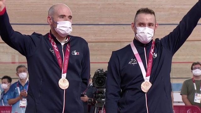 Quatrième de l'épreuve du contre-la-montre 1000 m aux Mondiaux 2020, Raphael Beaugillet efface cette déception avec ce podium paralympique. Accompagné de son pilote, François Pervis, le Français reçoit la médaille de bronze.