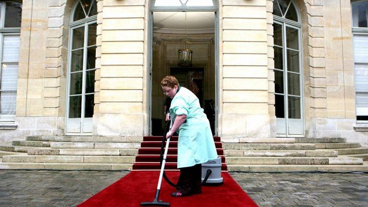 Derniers préparatifs avant le passage de relai entre Dominique de Villepin et François Fillon, le 17 mai 2007 à l'hôtel Matignon, à Paris. (OLIVIER LABAN-MATTEI / AFP)