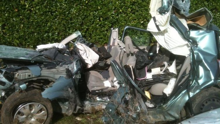 La voiture accidentée àSaint-Germain-de-Montbron (Charente), le 27 octobre 2013. (ROMEK GASIOROWSNKI / FRANCE 3 POITOU-CHARENTES)