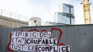 Un collage photographié le 9 novembre 2019 porte de Clichy dans le 17e arrondissement à Paris, initié par le mouvement féministe de Marguerite Stern. (AMAURY CORNU / HANS LUCAS / AFP)