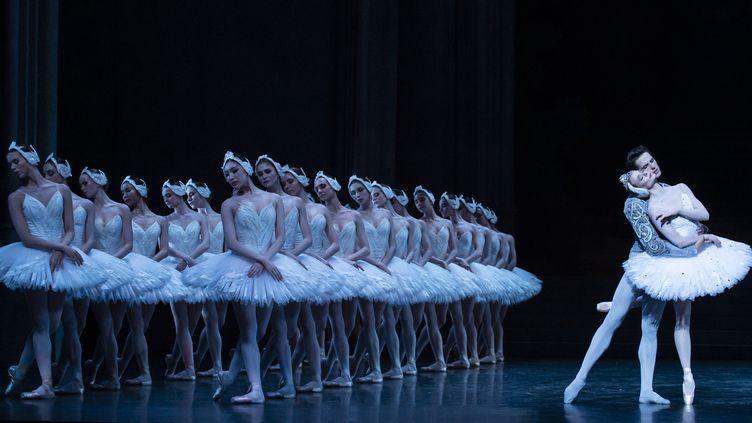 """Germain Louvet et Léonore Baulac dans """"Le lac de cygnes"""" (photo prise le 15 février).  (Julien Benhamou / Opéra national de Paris)"""
