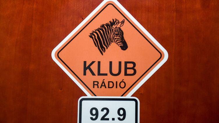 Le logo de la radio indépendante hongroise Klub radio. (ATTILA KISBENEDEK / AFP)