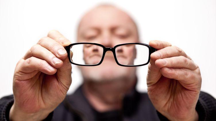 A 470 euros la paire, la France est le pays d'Europe où les lunettes sont en moyenne les plus chères, selon une étude publiée mardi 23 avril 2013 par l'UFC-Que Choisir. (MELHI / E+ / GETTY IMAGES )