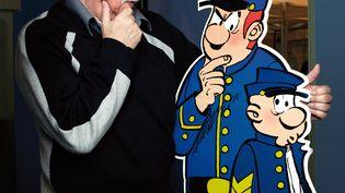 """Le scénariste de BD belge Raoul Cauvin pose avec son personnage des """"Tuniques Bleues"""", le 13 décembre 2009 (PHOTO12 / DAMIEN GRENON)"""