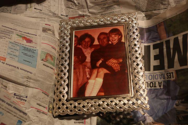 Une photo de Jen avec ses parents, emballée dans du papier journal, dans son domicile près de Dunkerque (Nord), le 10 novembre 2020. (VALENTINE PASQUESOONE / FRANCEINFO)