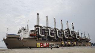 Une centrale électrique flottante à quai dans le port de Jakarta en Indonésie, le 8 décembre 2015. (JEFRI TARIGAN / ANADOLU AGENCY)