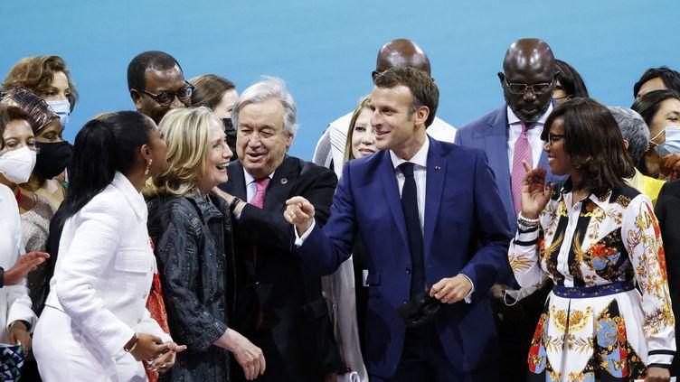 L'ancienne secrétaire d'Etat américaine Hillary Clinton (à gauche), le secrétaire général de l'ONU António Guterres, le président français Emmanuel Macron (au centre) et la ministre déléguée à l'Egalité Elisabeth Moreno, lors du Forum Génération Egalité à Paris le 30 juin 2021. (LUDOVIC MARIN / AFP)