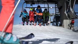 Des skieursà la station de Verbier, en Suisse, le 15 novembre 2020. (FABRICE COFFRINI / AFP)