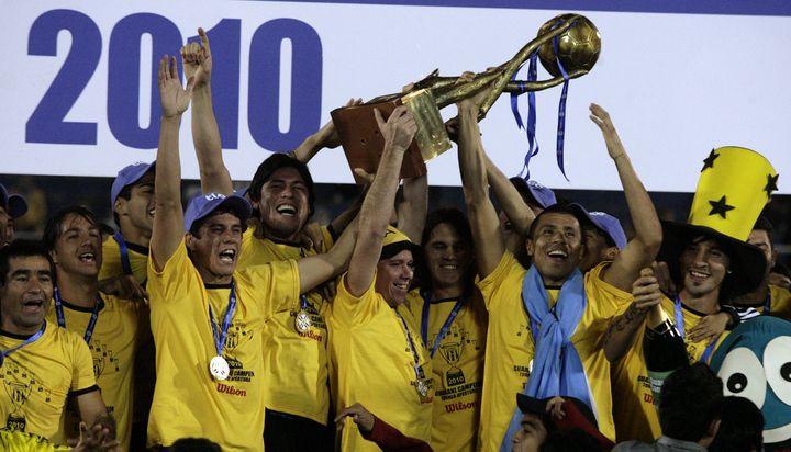 Le club de Guarani fête son titre de champion du Paraguay, le 30 mai 2010, àAsunción. (JORGE ADORNO / REUTERS)