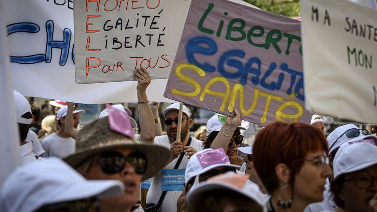 Des pancartes brandies lors d'un rassemblement en faveur de l'homéopathie, le 28 juin 2019 à Lyon. (JEAN-PHILIPPE KSIAZEK / AFP)