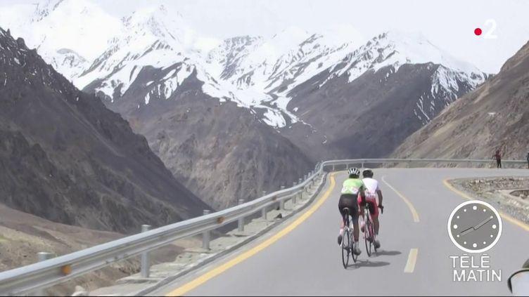 Des cyclistes sur la route au Pakistan. (France 2)