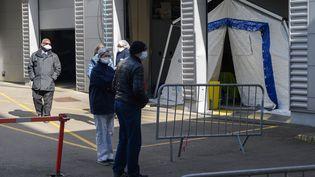 Un chapiteau devant l'hôpital Henri-Mondor de Créteil (Val-de-Marne), le 13 mars 2020, avant de recevoir des patients suspectés d'avoir contracté le Covid-19. (ESTELLE RUIZ / NURPHOTO / AFP)