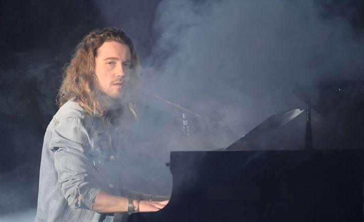 Julien Doré seul au piano.  (David Nivière / Sipa)