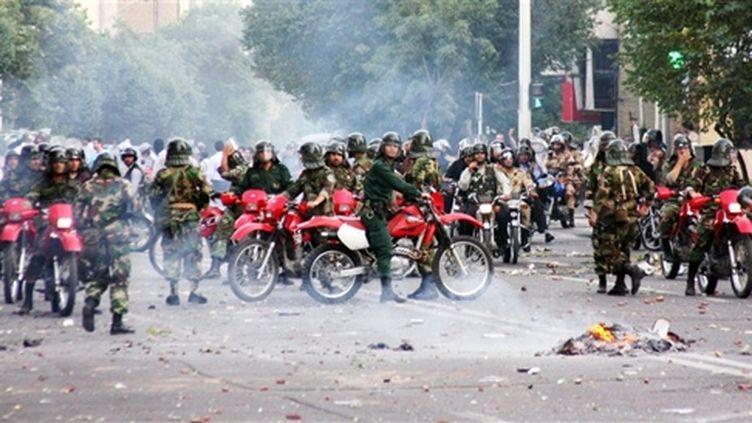 Policiers sur des motos face aux manifestants dans les rues de Téhéran (20 juin 09) (© AFP/)