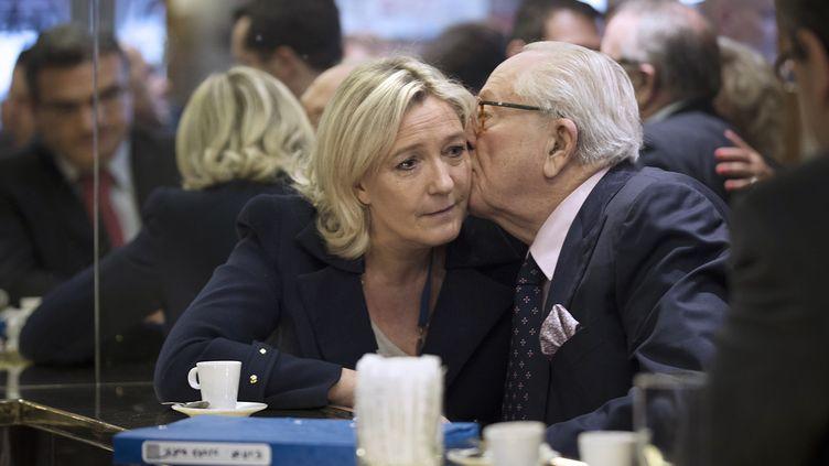 La présidente du Front national, Marine Le Pen, et son père, le fondateur et président d'honneur du parti, Jean-Marie Le Pen, le 25 avril 2014 à Paris. (JOEL SAGET / AFP)