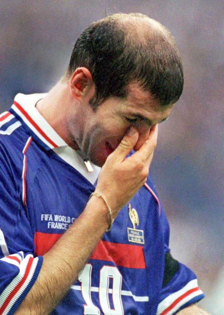 Zinédine Zidane, tête basse, après son expulsion lors du match de Coupe du monde contre l'Arabie Saoudite, le 18 juin 1998, à Saint-Denis (Seine-Saint-Denis). (ACHIM SCHEIDEMANN / DPA)