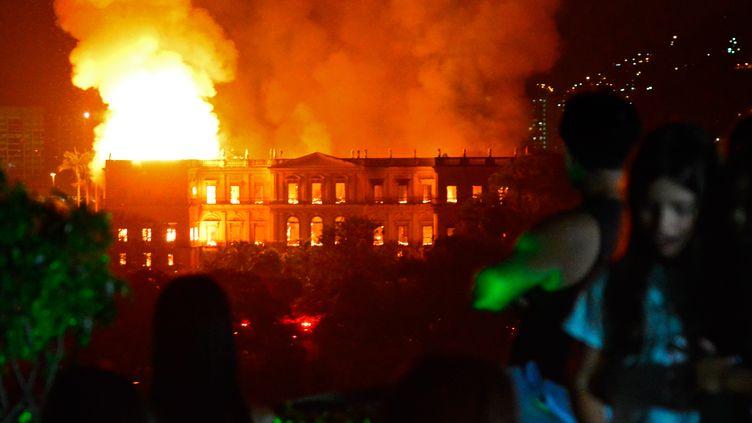 Le Musée national de Rio de Janeiro (Brésil), en flammes, le 2 septembre 2018. (AFP)