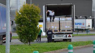Le camion dans lequel onze migrants ont été découverts, jeudi 17 septembre, à Ploufragan (Côtes-d'Armor). (S.UGUEN / MAXPPP)