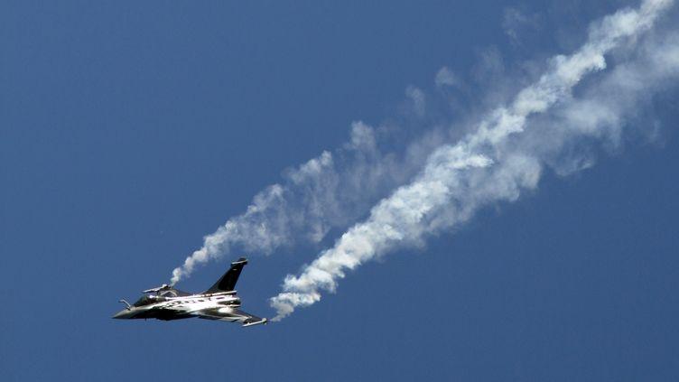 L'avion de combat de Dassault lors d'une démonstration au Bourget (Seine-Saint-Denis), en 2011. (CHRISTOPHE LEHENAFF / PHOTONONSTOP / AFP)