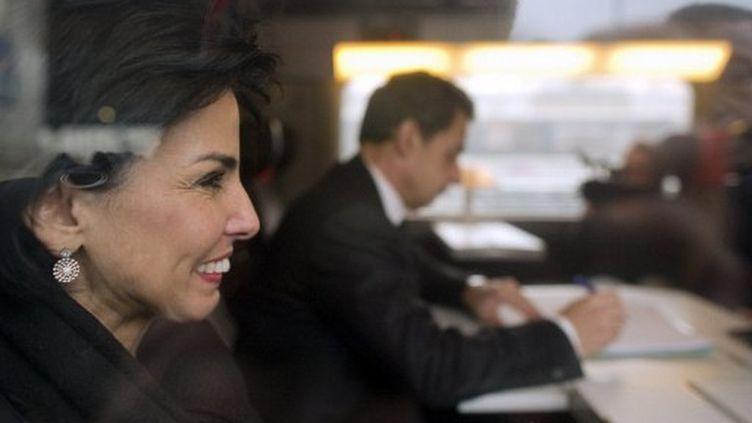 Rachida Dati et Nicolas Sarkozy dans le TGV pour Lille, le 23 février (LIONEL BONAVENTURE / AFP)