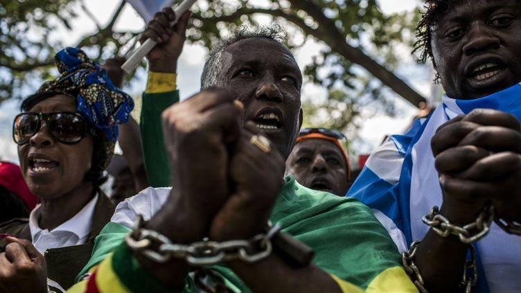 des dizaines de personnes sont descendues dans la rue pour crier leur colère contre l'esclavage moderne pratiqué contre les migrants d'Afrique subsaharienne en Libye. «Les gens sont vendus aux enchères comme des marchandises.Les jeunes, à qui nous sommes censés donner de l'espoir, sont détruits en Libye»,a notamment déclaré Marc Gbaffou, président du Forum de la diaspora africaine. La diffusion d'images de vente d'esclavespar la chaîne de télévision américaine CNN mi-novembre avait mis en lumière le problème oublié des migrants en Libye. Depuis, neuf pays européens et africains ont lancé des «opérations d'évacuation d'urgence» de migrants pris au piège des trafiquants. L'organisation internationale pour les migrants dénonce depuis plusieurs mois la présence de «marchés aux esclaves» mettant en péril la vie de dizaines de milliers de migrants en Afrique du Nord. (GULSHAN KHAN / AFP )
