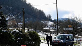 Les gendarmes bloquent la route d'accès à la zone de recherche où des ossements de Maëlys ont été découverts, le 14 février 2018, à Saint-Franc (Savoie). (JEAN-PIERRE CLATOT / AFP)