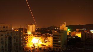 Les houthis répliquent aux bombardements de la coalition saoudienne à Sanaa (Yémen), le 30 mars 2015. (SINAN YITER / ANADOLU AGENCY)